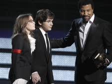 פרינס מייקל ופאריס ג'קסון מקבלים בשם אביהם המנוח את פרס המחווה על מפעל חייו בטקס פרסי הגראמי ה-52 [צילום: AP]