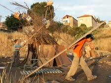 ילדים באיזור ירושלים אוספים קרשים למדורה [צילום: פלאש 90]