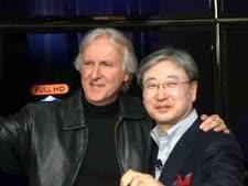 """בו-קון יון, נשיא מחלקת מוצרים ויזואליים בסמסונג אלקטרוניקס עם ג'יימס קמרון, במאי הסרט אווטאר [צילום: יח""""צ]"""