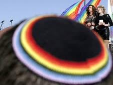 כיפה בצבעי דגל הגאווה [צילום: פלאש 90]