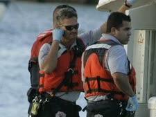 כוחות הצלה ואחד השורדים מן התאונה שאירעה במאי ליד חופי פלורידה [צילום: AP]