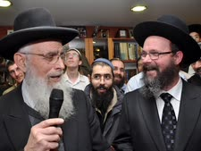 הרב הלוי עם הרב יעקב אריאל [צילום: מיקי רייקין/צלם רחוב]