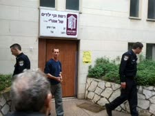 שוטרים בחזית דלת גן הילדים החרדי