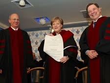 מרקל מקבלתאת התואר מידי פרופ' יוסף קלפטר, נשיא האוניברסיטה (שמאל) ופרופ' אהרון שי, רקטור האוניברסיטה [צילום: קובי קנטור]
