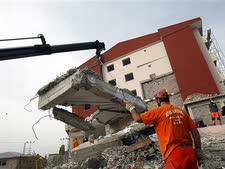 נסיונות לחילוץ מבין ההריסות [צילום: AP]