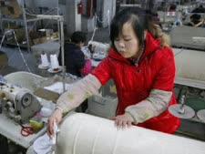 """פועלת סינית. """"מוחקת"""" עבודות מעבר לאוקיינוס [צילום: AP]"""