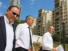 השופט רוזן (במרכז) בפרויקט הולילנד [צילום: פלאש 90]