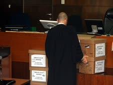 ארגזי ראיות של התביעה במשפט הולילנד [צילום: פלאש 90]