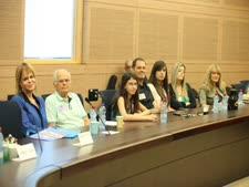 """בני משפחתה של דבורה עומר ז""""ל בדיון בוועדת החינוך [צילום: איציק הררי, דוברות הכנסת]"""