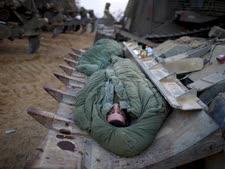 חיילים ישנים מחוץ לרצועת עזה [צילום: פלאש 90]