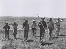 """חברי קיבוץ כפר עציון בשנת 43' [צילום: זולטן קלוגר/לע""""מ]"""