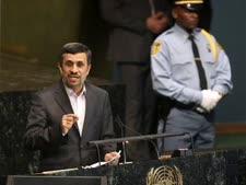 """אחמדינג'אד בנאום מקדים באו""""ם [צילום: AP]"""