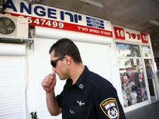 פשיטה של המשטרה על חנות להמרת כספים בהרצליה [צילום: פלאש 90]