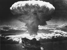 """הפטרייה האטומית, 60 ק""""מ מעל נגסקי [צילום: National Archives, אימג'בנק/מראות אימג']"""