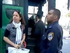 שוטר ממשטרת אשדוד גובה תלונה מנעה קנטמן [צולם בטלפון סלולרי]