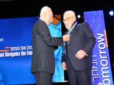 """נשיא המדינה שמעון פרס מעניק את עיטור הנשיא לד""""ר הנרי קיסינג'ר [צילום: חן גלילי]"""