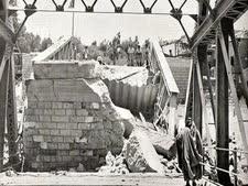 """גשר אלנבי לאחר שפוצץ על ידי הפלמ""""ח בליל הגשרים"""