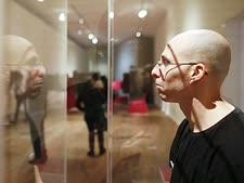 הישראלי עידו פורת בתוך תא הזכוכית [צילום: AP]