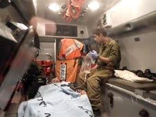 חייל פצוע מפונה באמבולנס צבאי [צילום: AP]
