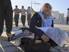 אישה מחזיקה את גופת בתה ומקוננת [צילום: סוכנות הידיעות האירנית]
