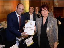 מנהלת מחוז מרכז, עמליה חיימוביץ, מקבלת התעודה מידי שר החינוך, נפתלי בנט [צילום: שמואל אדלר]