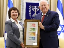 """הנשיא מקבלת מנגידת בנק ישראל את השטרות החדשים [צילום: מארק ניימן/לע""""מ]"""