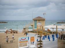 שומרים על חופים נקיים [צילום: מרים אלסטר/פלאש 90]