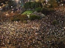 אלפי מפגינים בכיכר רבין [צילום: ועדת המעקב לענייני החברה הערבית]