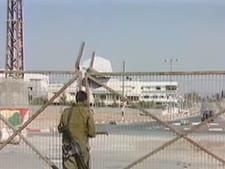 חייל סוגר את השערים [צילום: מן הטלוויזיה]