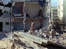 """פיגוע הטרור במתחם חיילי ארה""""ב [צילום: גרג מרינוביץ/AP]"""