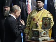 פוטין בכנסיה האורתודוכסית בקייב [צילום: סרגי יחוזאבקוב/AP]