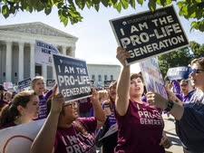 """מתנגדי הפלות ליד ביהמ""""ש העליון [צילום: סקוט אפלווייט, AP]"""