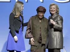 אלן ג'ונסון סירליף עם הילרי וצ'לסי קלינטון [צילום: ריצ'רד דרו/AP]