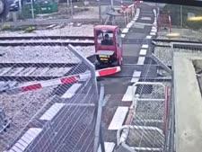 הקלנועית בשטח המסילה [מצלמת אבטחה של רכבת ישראל]