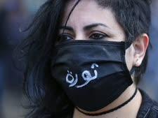 """מפגינה בביירות. על המסיכה: """"מהפכה"""" [צילום: חוסיין מאלה, AP]"""