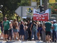 פגנת תושבי כפר סירקין נגד העברת שטחים לאלעד [צילום: גלעד קוולרצ'יק]
