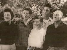 עזרא זרזיף שני מימין עם הוריו, אחיו הקטן נחום ואחותו שלומית [צילום: באדיבות המשפחה]