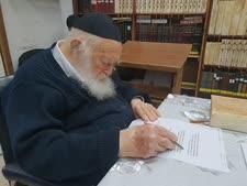"""הרב קנייבסקי חותם על מסמך השו""""ת"""