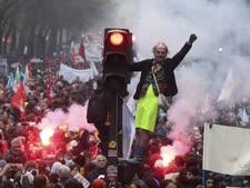 פריז. המונים ברחובות הבירה [צילום: קאמי טיבולט/AP]