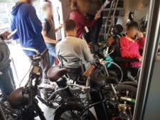 נכה מתקשה כשסביבו אופניים [צילום: רכבת ישראל]