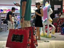 קניות לא נחוצות [צילום אילוסטרציה: אנדי וונג/AP]
