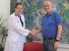 """ד""""ר אמנון רופא עם ד""""ר דוברצקי־מרי [צילום: מח' שיווק, המרכז הרפואי בני ציון]"""