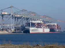 נמל רוטרדם. מיליון טון בשבוע [צילום: פיטר דה-יונג, AP]