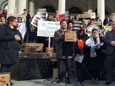 הפגנה נגד ההטבות לאמזון [צילום: קארן מתיוס, AP]