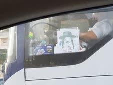 חרדי בדמות חזיר על חלון האוטובוס