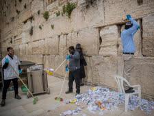 הוצאת הפתקים מאבני הכותל לפני פסח והעברתם לקבורה בהר-הזיתים  [צילום: יונתן זינדל/פלאש 90]