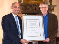 הנגיד עם זוכה פרס נובל לכלכלה, פרופ' לארס הנסן [צילום: מורין סרג'נט]