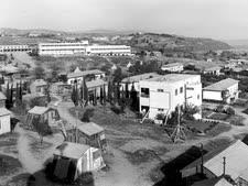 """משמר העמק מראה כללי 1938 הבניין הגדול ברקע הוא המוסד החינוכי משמר העמק [צילום: זולטן קלוגר/לע""""מ]"""