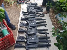 עשרות כלי נשק שונים (פיינטבול) במחסן הבית [צילום: דוברות המשטרה]
