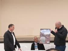 אדלשטיין מקבל תמונת מערת קשת מראש מועצת מטה אשר